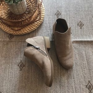 Universal thread Tan perforated ankle bootie sz 8